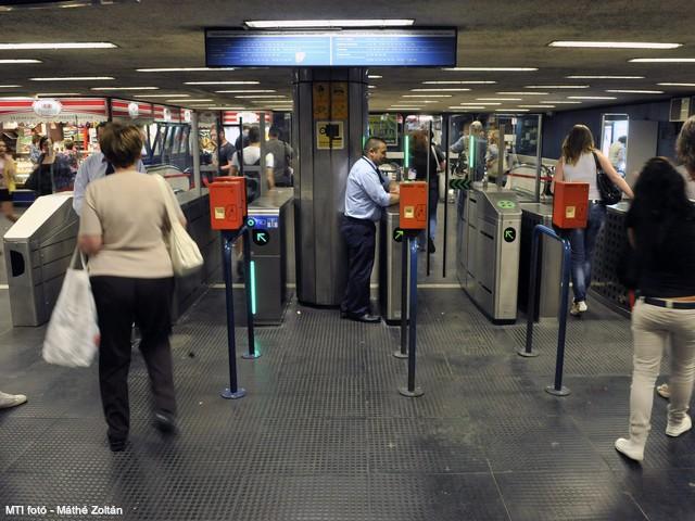 Itt vannak az első fotók a metróbeléptetőről és az útdíj-kapuról