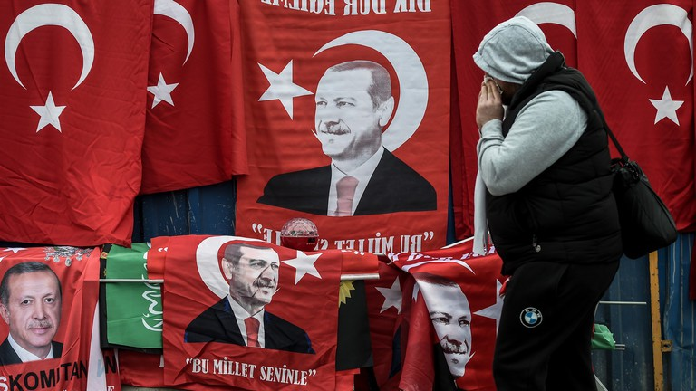 Nem mertek kamatot emelni, agyonverik a török lírát