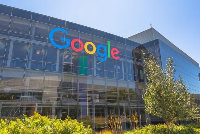 Rettegnek a bankok, megeszi a vacsorájukat a Facebook és a Google