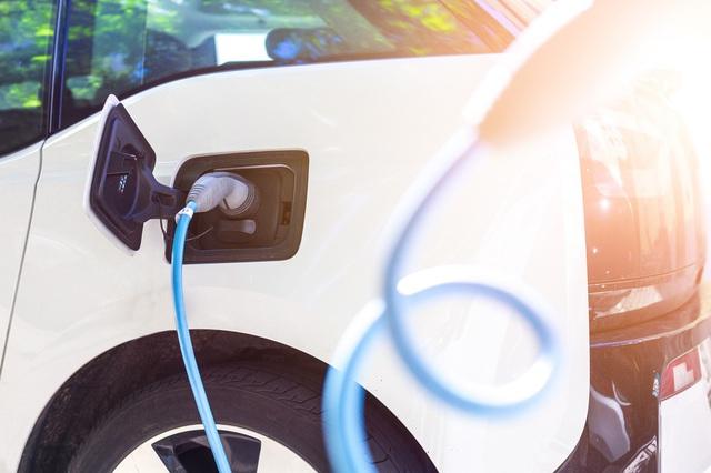 Jóval kevesebb elektromos autót vennének az emberek, mint amennyit a cégek gyártanának