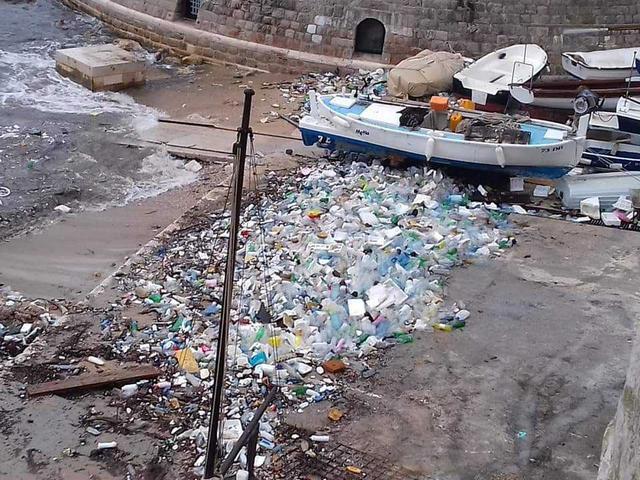 Elárasztotta a műanyagszemét a legkedveltebb horvát üdülővárost