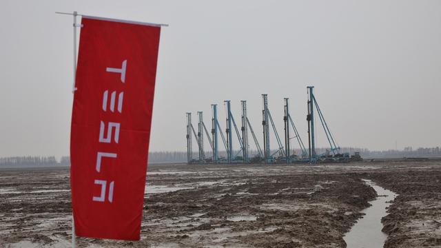 Őrült versenyfutás: Teslákkal megrakott konténer hajók robognak teljes sebességgel Kína felé