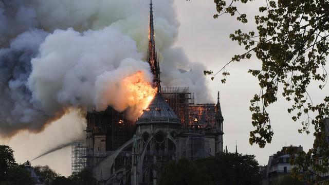 Lángol a párizsi Notre-Dame