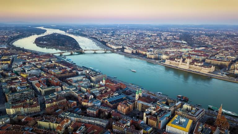 Hatalmas összeget fektetne be a régió ingatlanpiacán az Allianz