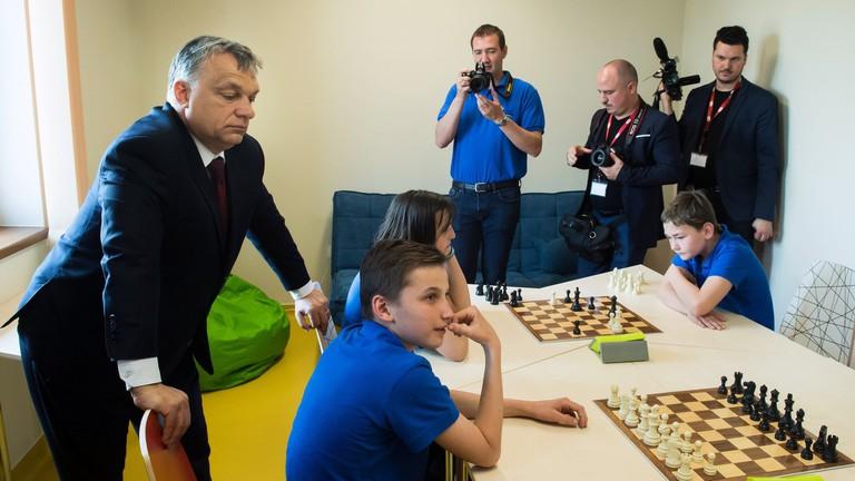 El fogja kényeztetni a családokat az Orbán-kormány