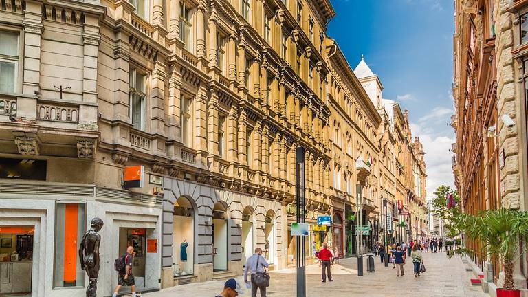 Ez is belvárosi luxus: havi 5 millió egy kisboltért?