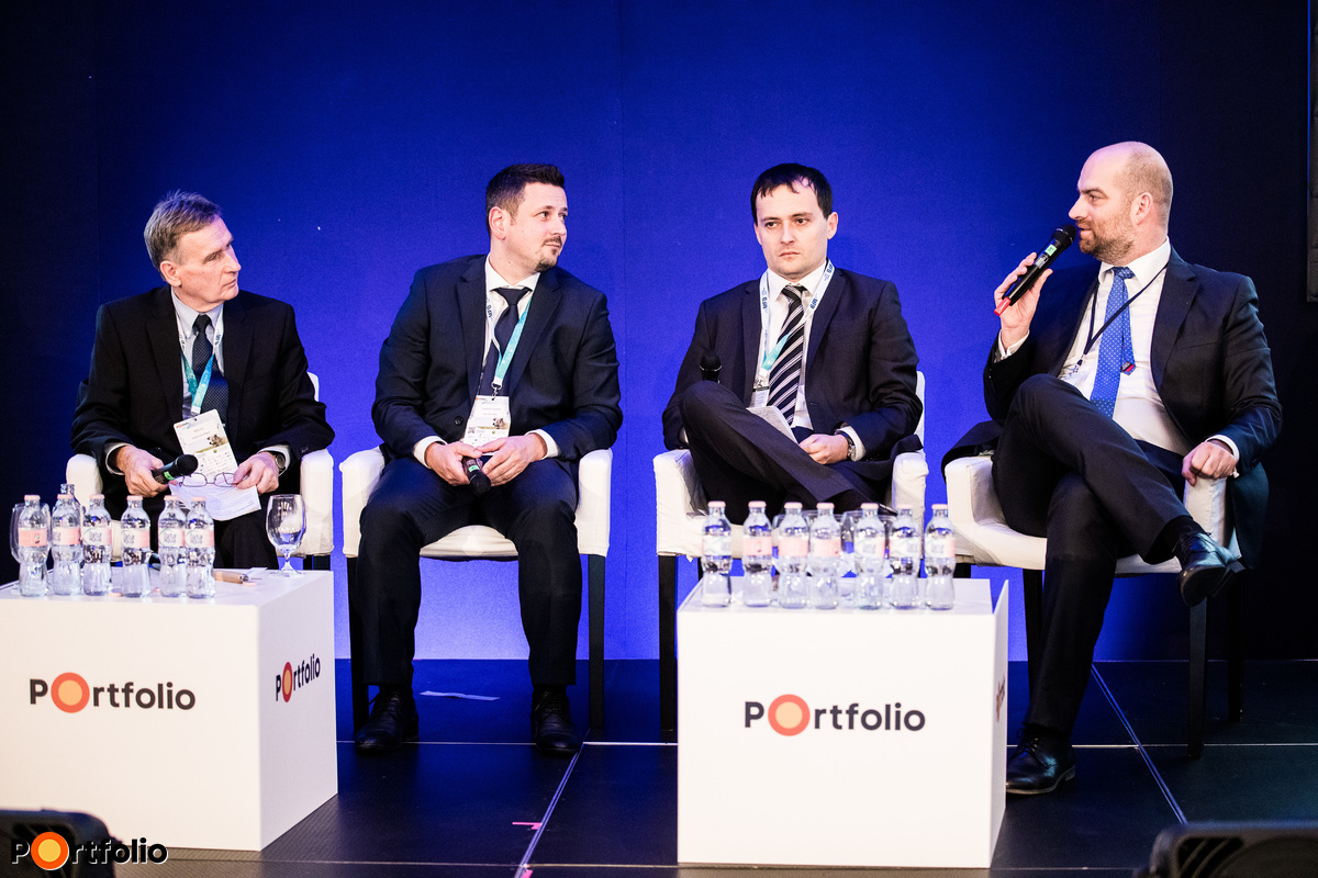 Kerekasztal-beszélgetés: Versenyt futnak a gazdákért a bankok - Lehetőségek és új termékek a hazai agrárfinanszírozásban. A beszélgetés résztvevői balról jobbra: Sebestyén Róbert (agrárszakértő, Magyar Fejlesztési Bank Zrt.), Hollósi Dávid (Takarék Agrár Igazgató, Takarék Csoport), Herczegh András (ügyvezető igazgató, Agrár-Vállalkozási Hitelgarancia Alapítvány) és a moderátor, Bán Zoltán (vezérigazgató, Net Média Zrt. (Portfolio))
