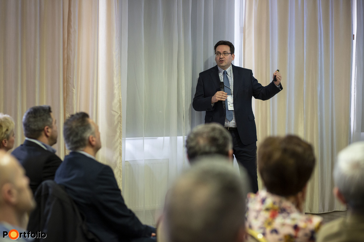 Madár István (vezető elemző, Portfolio): Makrogazdasági áttekintés: Világgazdasági hatások és a magyar növekedési út: mi vár a magyar gazdaságra és a forint árfolyamára?