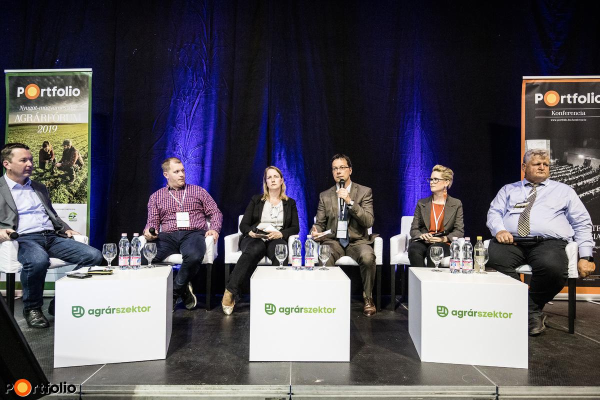Mit nyújthat a mezőgazdaság a fiataloknak? - Támogatások és megoldási lehetőségek a gazdaságátadásban és a generációváltásban. A beszélgetés résztvevői: Simon Attila (főosztályvezető, MKB Bank), Némethné Bujdosó Barbara (marketing és termékmenedzser, EuroChem Agro Hungary Kft.), Mezei Dávid (uniós agrártámogatási igazgató, Takarék Csoport), Galambos-Tóth Annamária (főosztályvezető, Agrárminisztérium), Dobosi Győző (tulajdonos, Dobosi Pincészet) és a moderátor, Weisz Miklós (társelnök, AGRYA-Fiatal Gazdák Magyarországi Szövetsége)