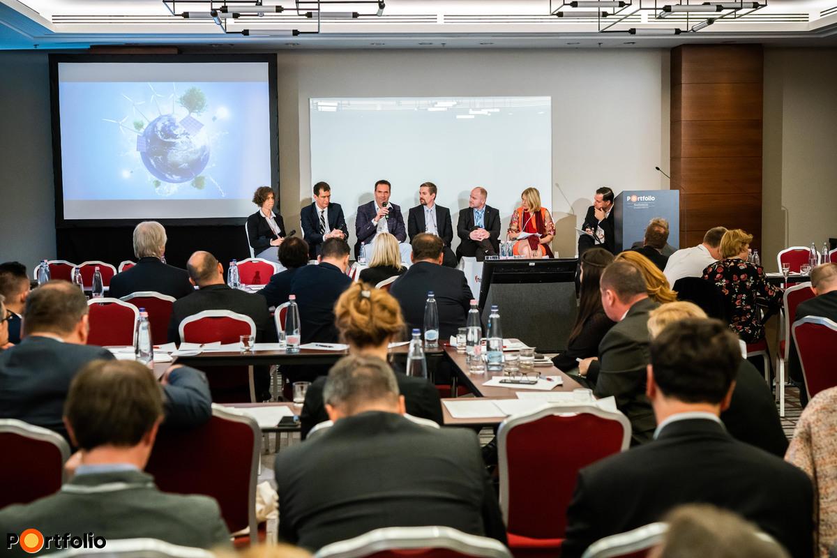 Felelősségünk a fenntarthatóságban – Az energiahatékonyság valódi céljai. Beszélgetés résztvevői: Vértesy Mónika (létesítmény-energetikai szakmérnök, WELL AP TM és LEED Green Associate tanácsadó), Dr. Reith András, Partner (Paulinyi-Reith & Partners Zrt.), Korbuly Ádám (CTO, OrthoGraph), Jelinek Balázs (működési vezérigazgató-helyettes, Városliget Zrt.), Győri Gyula (Facility Management Director, CPI Facility Management Kft.), Botos Barbara (helyettes államtitkár, ITM, Energiaügyekért és Klímapolitikáért felelős Államtitkárság) és a moderátor Radványi Gábor ( főépítész, Futureal)