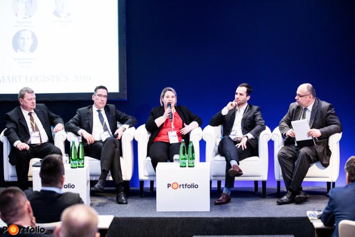 A fuvarcégeket érintő legforróbb aktualitások. A beszélgetés résztvevői balról jobbra: Karmos Gábor (főtitkár, MKFE), Szontágné Hajnal Zsuzsanna (EL üzletág értékesítési vezető, Liegl&Dachser), Barna Zsolt (Regionális Szerződéses Logisztika üzletág, ügyvezető igazgató, Waberer's Cégcsoport), Szucsányi-Borza Sebestyén (alapító, Fuvar.hu) és a moderátor: Árvay Tivadar (kommunikációs menedzser, MKFE)