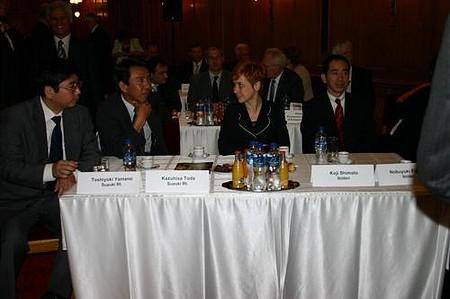 Suzuki és Ibiden vezetők a tolmács társaságában