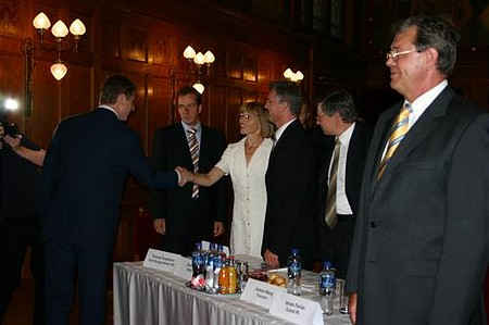 The PM shakes hands with all investors