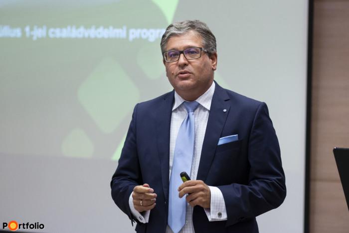 Szeredi Gábor, a Takarékbank hálózati igazgatója nyitotta meg a rendezvényt.