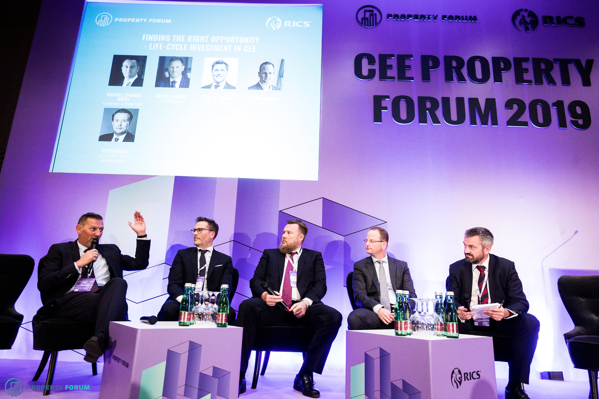 Life-cycle panel: Mátyás Gereben (CPI Hungary), Paul W. Hallam (GalCap Europe), Peter Noack (ZEITGEIST Asset Management), Dániel Jellinek (Indotek) and Michael Edwards MRICS (Cushman & Wakefield)