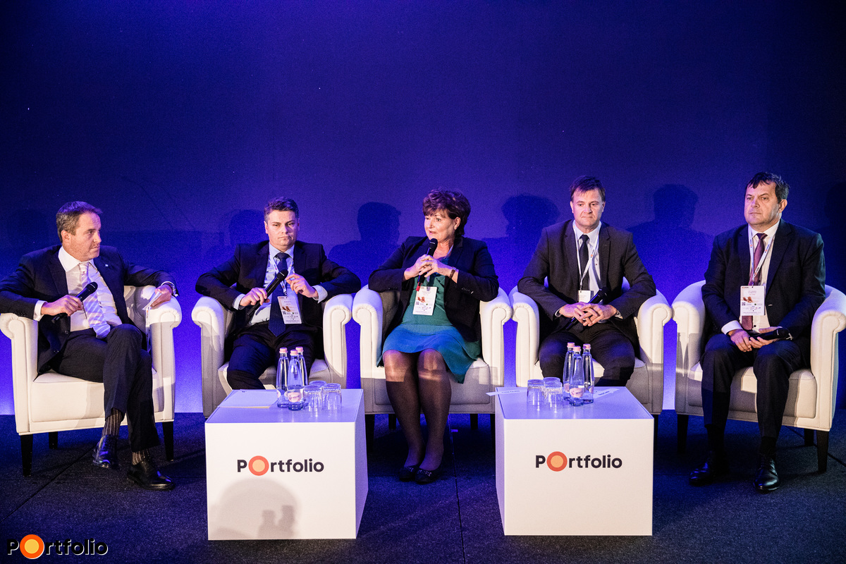 Performance, returns, competition – Evaluating domestic pension funds. Conversation participants: the moderator, Mihály Országh (Head of Specialized Finance Directorate, K&H Bank), Árpád Czene (Board Member, NN Biztosító), Ilona Hardy (Founder, President of Board of Directors, Aranykor Önkéntes Nyugdíjpénztár), Dr. Gábor Kravalik (Chairman and CEO, Pénztárszövetség, Allianz Egészségpénztár), Csaba Nagy (CEO, OTP Önkéntes Nyudíjpénztár, Member of Pensions Europe IT)