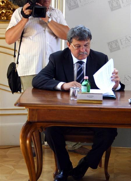 Csányi Sándor és papírjai hamarosan a tévéhiradóban