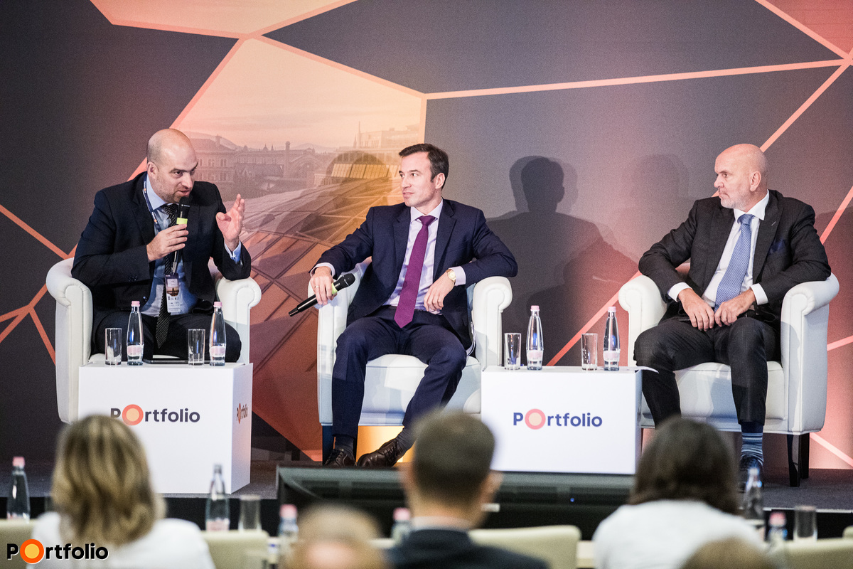 Corporate panel discussion. Participants of the panel: Oszkár Világi (CEO, Slovnaft), Gábor Orbán (CEO, Richter Gedeon) and the moderator, Zoltán Bán (CEO, Net Média Zrt. (Portfolio))