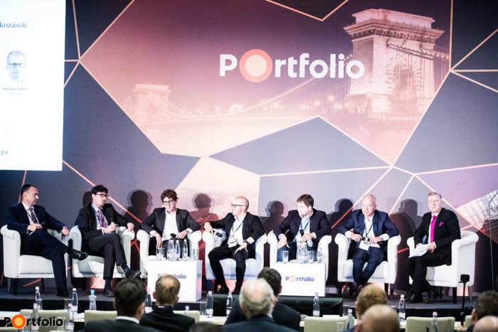 Panelbeszélgetés, a beszélgetés résztvevői balról jobbra:  Szerdahelyi Róbert (Kis- és Középvállalati Igazgató/KKV Igazgatóság, Erste Bank), Szendrői Gábor (partner, európai alelnök, Concorde MB Partners, IMAP), Dr. Kóka Gábor (partner, Deloitte Private),  Kovács Zoltán MBA (ügyvezető igazgató, Rekontir Cégcsoport), Csoma András MRICS (tulajdonos, Vestin Private Equity),  Balogh Levente (elnök, tulajdonos, Szentkirályi Ásványvíz Kft.) és a moderátor Krisán László (vezérigazgató, KAVOSZ Zrt.)