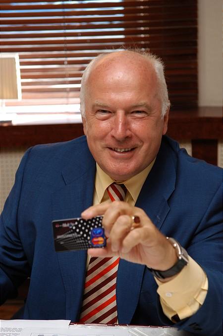 Sugár András, a T-Mobile Magyarország vezérigazgatója bemutatja a T-Mobile hitelkártyát