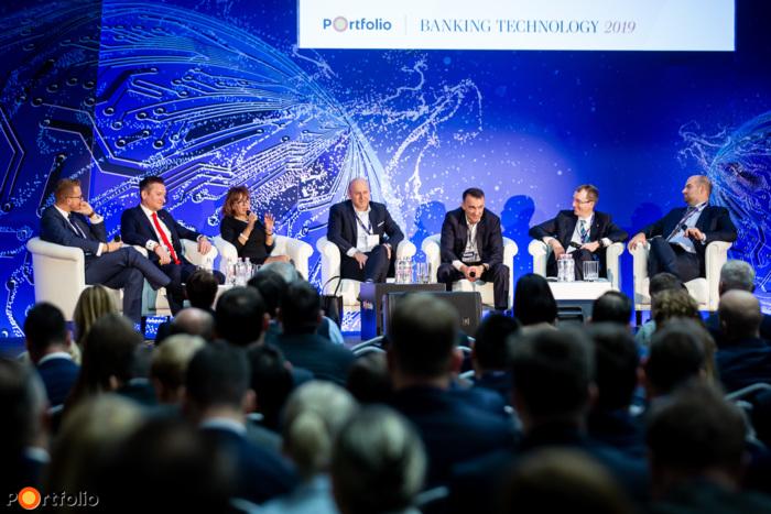 Vezérpanel: Üzleti és digitális transzformáció - Közelednek a diszruptív szereplők, felkészült Magyarország? A beszélgetés résztvevői balról jobbra: Sziráki László (Digitális Csatornák és CRM vezető, CIB Bank), Puskás András (Kockázatért és működésért felelős vezérigazgató-helyettes, Budapest Bank), Hegedüs Éva (elnök-vezérigazgató, Gránit Bank), Harmati László (vezérigazgató-helyettes, Erste Bank), Demeter Ákos (üzleti tanácsadással foglalkozó terület partnere, EY Magyarország), Becsei András (elnök, vezérigazgató, Magyar Bankszövetség, OTP Jelzálogbank) és a moderátor, Bán Zoltán (vezérigazgató, Net Média Zrt. (Portfolio))