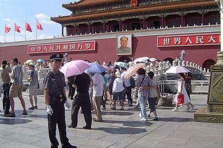 A Tiltott város bejárata Mao képével és egy rendőrrel: itt rend van