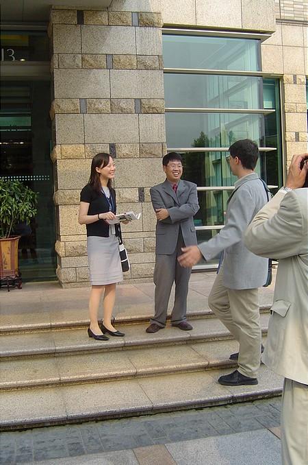 A Huawei elnökhelyettese (középen), tolmácsa (balra), valamint egy szlovák újságíró (jobbra)