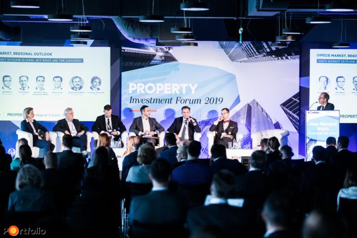 CEE's market outlook is good. But what are the dangers? A beszélgetés résztvevői: Dr. Schweizer Edina (Partner - Head of CEE Banking and Finance, Noerr), Rudolf Riedl MRICS (ügyvezető igazgató, Strabag Real Estate), Martin Polák (kelet-közép-európai regionális vezető, Prologis), Benjamin Perez-Ellischewitz MRICS (National Director, Head of Capital Markets Hungary, JLL), Tom Lisiecki (CEO, TriGranit), Jan Hübner (ügyvezető, HB Reavis Magyarország) és a moderátor, Jean-Bernard Wurm (Co-Founder & Managing Director, Secure Legal Title, London)