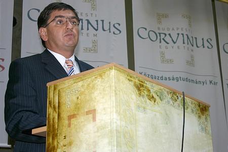Veres János, pénzügyminiszter beszédet tart