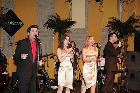 A Cotton Club Singers adta műsort