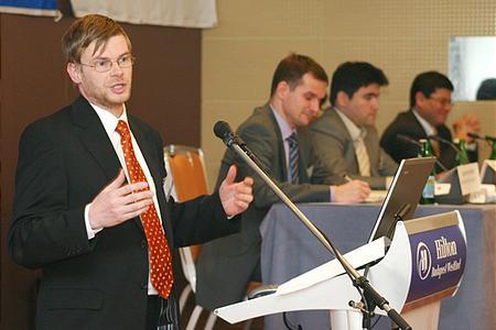Dr. Hajnal István, a Biggeorge\'s NV vezérigazgatója belevág a tortába
