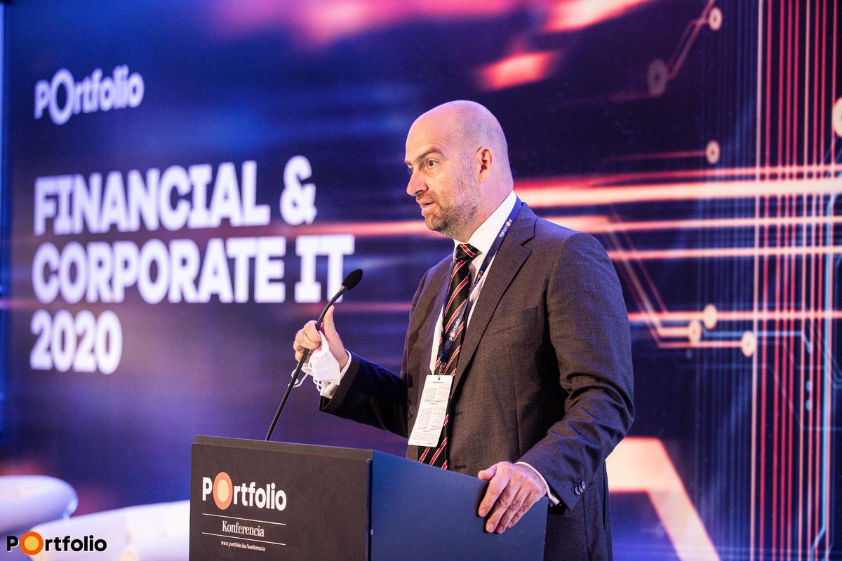 Bán Zoltán, a Net Média Zrt. vezérigazgatója nyitotta meg a Portfolio Csoport első hibrid konferenciáját. Szimultán köszöntötte a vendégeket a helyszínen és a virtuális térben, azaz offline és online.
