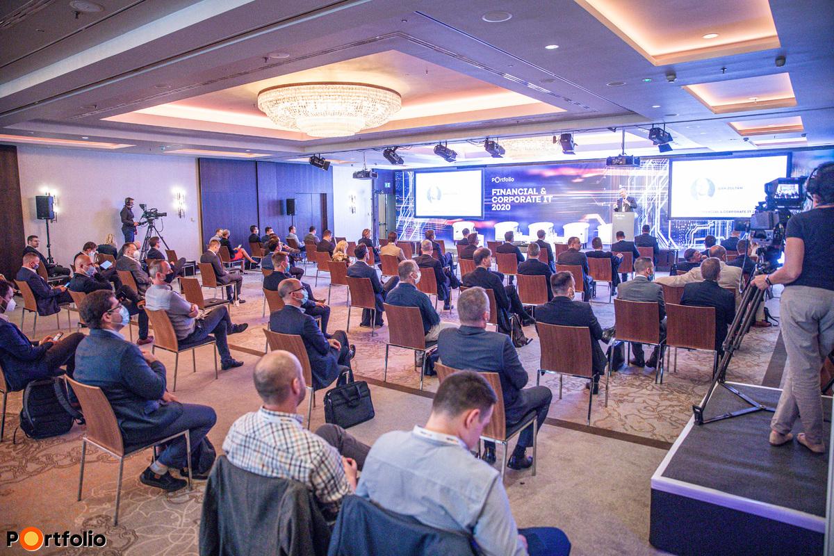 Több, mint 260 fővel került megrendezésre a Portfolio Csoport első hibrid konferenciája. Maximális helyszíni biztonság és a megszokott magas szakmai színvonal a helyszínen és a virtuális térben is.