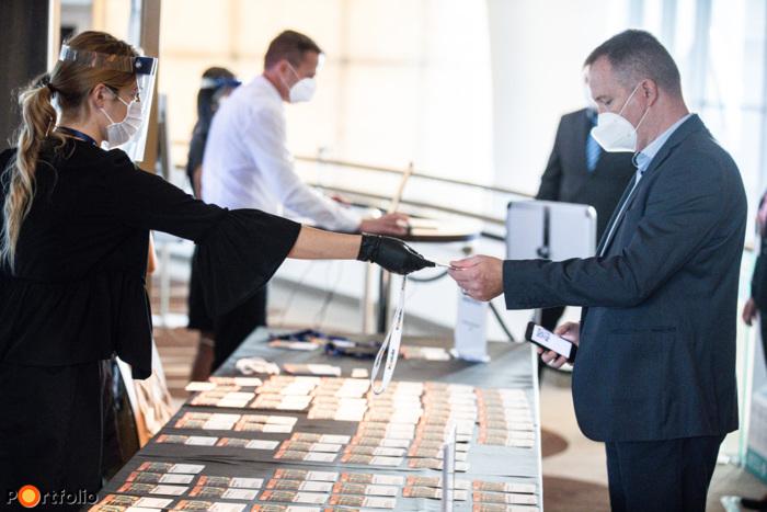 Regisztrációkor a vendégeket biztonságos távolságtartással engedtük be, a személyzet és a hoszteszek maszkban és kesztyűben látták el feladataikat