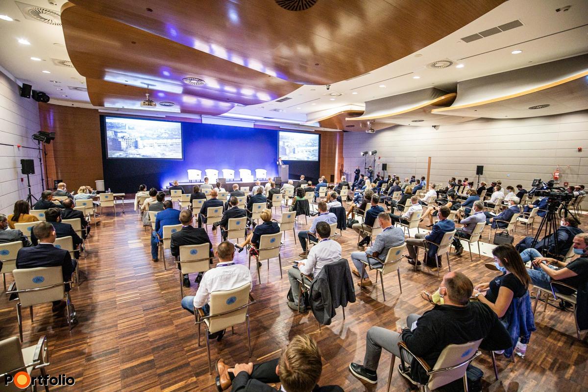 Több, mint 120 fő részvételével került megrendezésre Lakás 2020 Konferenciánk. Helyszíni létszám-korlátozást vezettünk be, megfelelő távolságtartással alakítottuk ki az ültetési rendet.