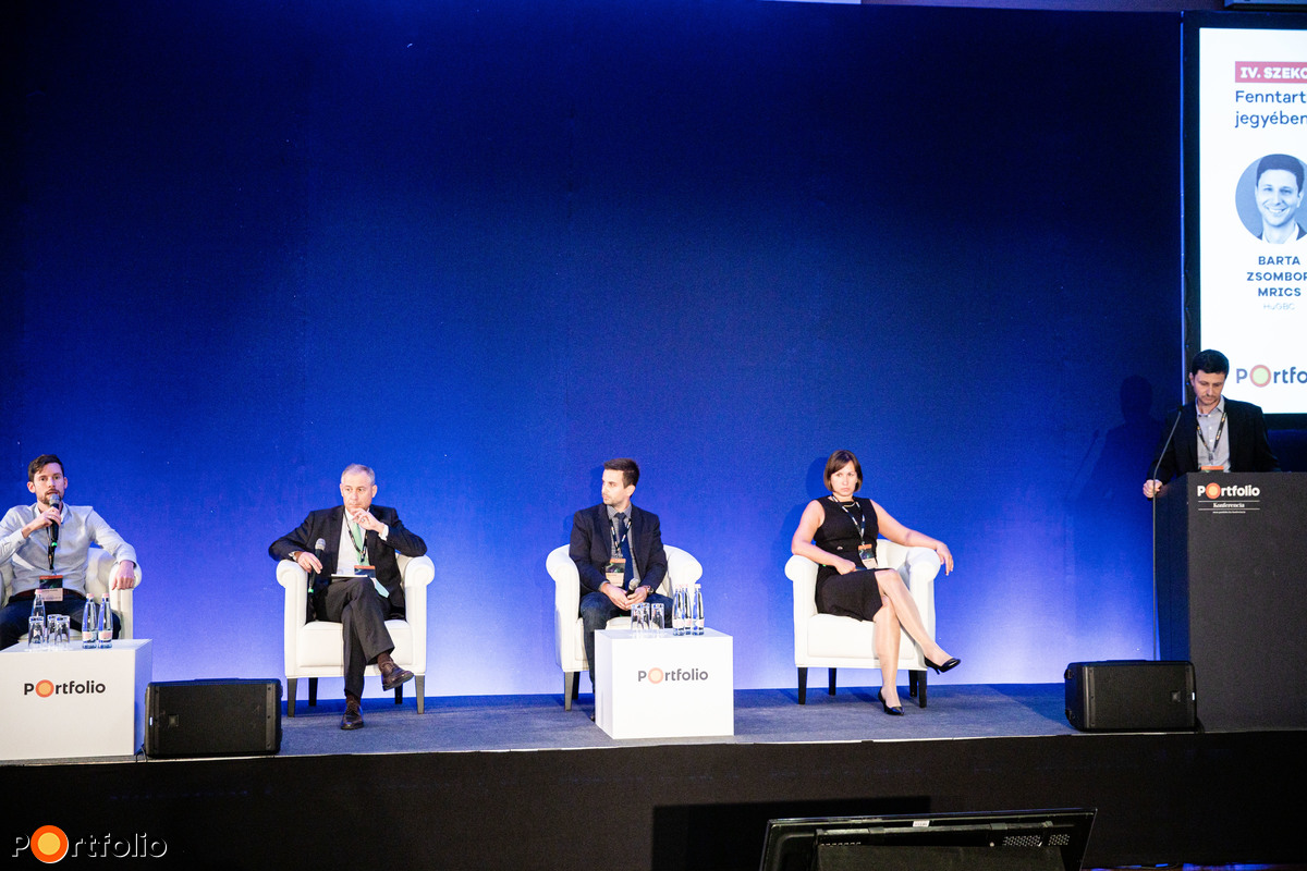 Fenntartható vállalatok a biztonság, a stabilitás és költségtudatosság jegyében - Ez az, amit az ügyfelek és a munkavállalók keresnek? A beszélgetés résztvevői: Tessényi András (CEO, Supercharge), Szarvas Gábor (ügyvezető igazgató, Greenbors Consulting Kft.), Riesz Lóránt (projektfejlesztési vezető, PANNON Pro Innovációs Kft.), Lakatos Zsófia (ügyvezető, Emerald PR) és a moderátor, Barta Zsombor MRICS (elnök, HuGBC (Magyar Környezettudatos Építés Egyesülete))