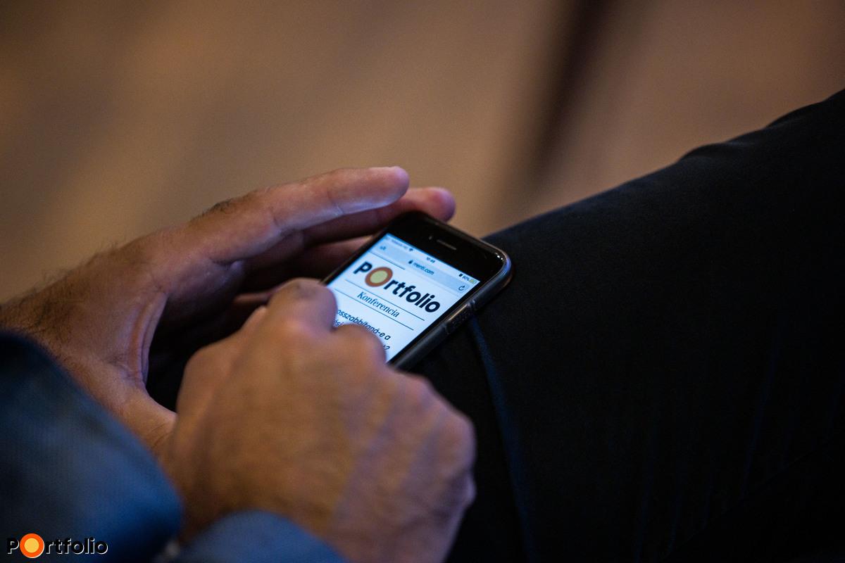 A panelbeszélgetés során mind a helyszíni, mind az online résztvevők okoseszközök használatával szavazhattak