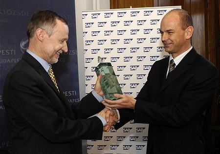 Bogsch Erik megkapja az Arany Bikát - Az átadó:Vahl Tamás, az SAP Hungary ügyvezető igazgatója