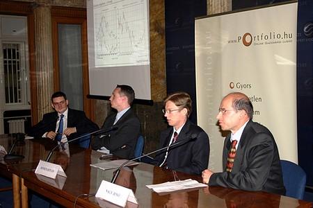 Balról: Barát Szabolcs (portfolio.hu), Bódis Péter (Capital Invest), Honics István (OTP Alapkezelő), Nagy Jenő (ING Alapkezelő)