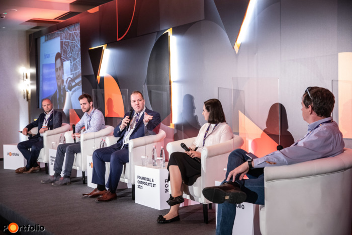 A fintech szektor jelene és jövője – Trendek és növekedési lehetőségek. A beszélgetés résztvevői: Szota Szabolcs (ügyvezető, Smartsurance Technologies Kft.), dr. Réti Bálint (COO, társ-alapító, Péntech Solutions), Léder Tamás (Digitalizációs politika és szabályozási főosztályvezető, Magyar Nemzeti Bank), Csiba Zoltán (üzletfejlesztési igazgató, Finax) online csatlakozott, Andresin Zsanett (innovációs tanácsadó, OTP LAB) és a moderátor, Faluvégi Balázs (elnök, Magyar Fintech Szövetség)