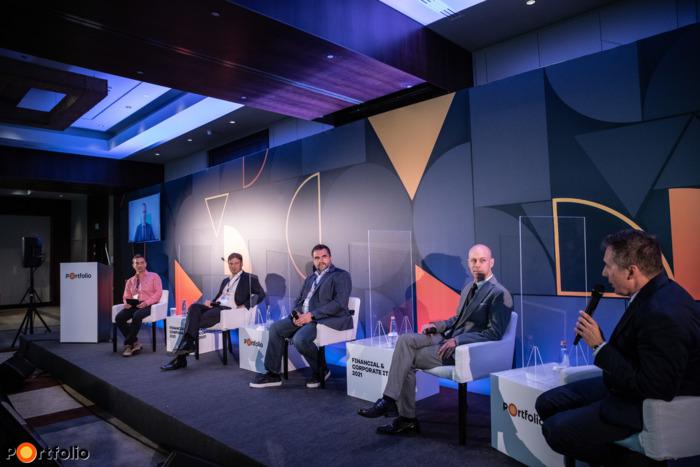 Innováció, UX és digitalizáció a járvány árnyékában és az új normálisban. A beszélgetés résztvevői: Temesváry Zsolt (ügyvezető igazgató, E.ON Ügyfélszolgálati Kft.), Portörő Gábor (IT - Digitális csatornák kompetencia központ vezető, Budapest Bank Zrt.), Kuhárszki András (digitális banki fejlesztési igazgató, OTP Bank) online csatlakozott, Kovach Anton (vezérigazgató, ShiwaForce.com), Bartl István (Director of Digital Innovation, K&H Csoport) és a moderátor, Dojcsák Dániel (marketingkommunikációs igazgató, ShiwaForce)