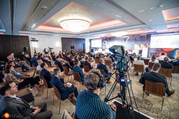 Több, mint 300 fővel került megrendezésre a Financial & Corporate IT 2021 hibrid konferenciája. Maximális helyszíni biztonság és a megszokott magas szakmai színvonal a helyszínen és a virtuális térben is