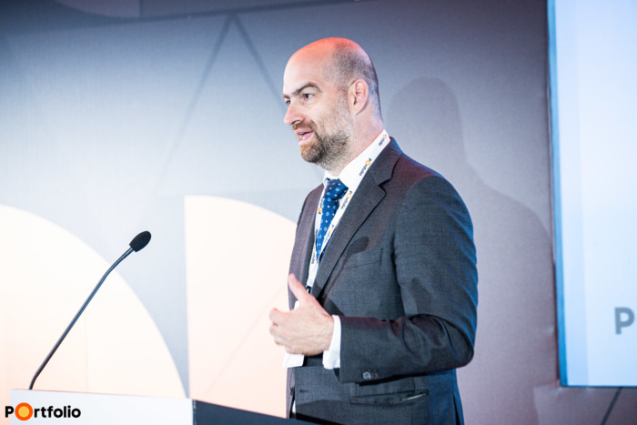Bán Zoltán, a Net Média Zrt. vezérigazgatója nyitotta meg a rendezvényt. Szimultán köszöntötte a vendégeket a helyszínen és a virtuális térben, azaz offline és online