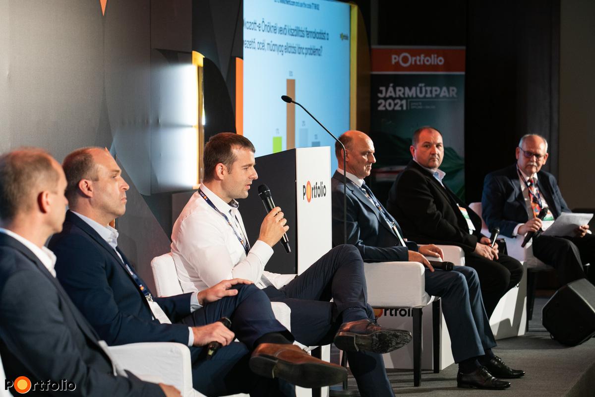 Újrarendeződés a supply chain-ben - hogyan érinti a vevőket és milyen következményekkel jár a beszállítókra? A beszélgetés résztvevői: Mátyus Péter (Üzletfejlesztés Magyarország, P3 Group - Független autóipari szakértő), Kalmár Balázs (logisztikai igazgató, SMR Automotive Mirror Technology Hungary Bt.), Dr. Dobos Péter (miskolci telephelyvezető és európai termelési igazgató, Starters E-Components Generators Automotive Hungary Kft. (S.E.G.A. Hungary Kft.)), Bálind János (ügyvezető igazgató, Bálind Kft.), Bolyki Ferenc (Perfect Execution Manager, Emerson Automation FCP Kft.) és a moderátor, Thierry László (ügyvezető igazgató, ElringKlinger Hungary Kft.)