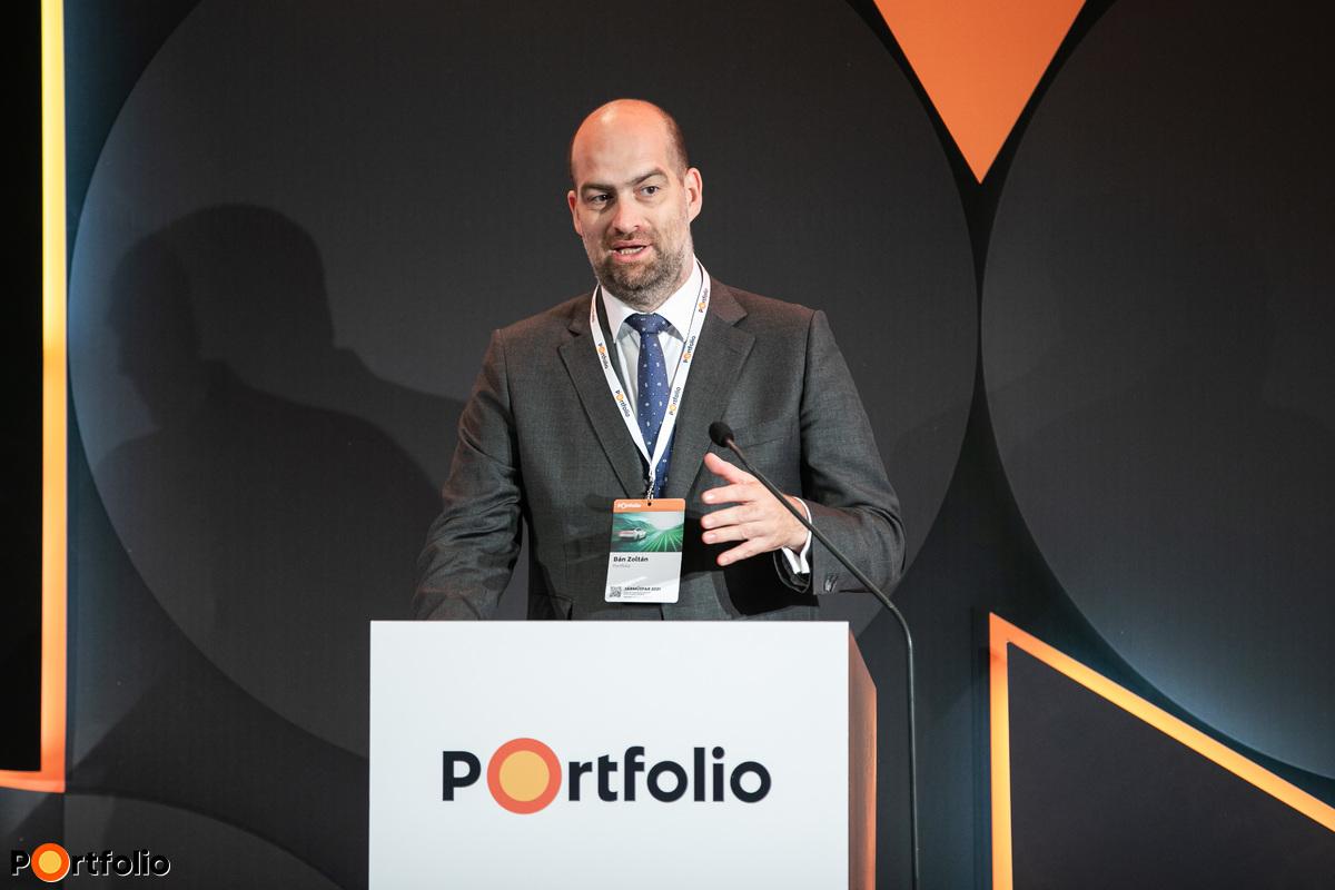 Bán Zoltán, a Net Média Zrt. vezérigazgatója nyitotta meg a rendezvényt. Szimultán köszöntötte a vendégeket a helyszínen és a virtuális térben, azaz offline és online.