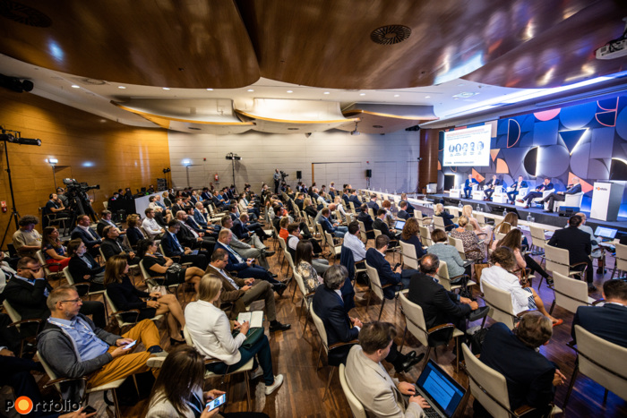Több, mint 350 fővel került megrendezésre a Sustainable World 2021 hibrid konferenciája. Maximális helyszíni biztonság és a megszokott magas szakmai színvonal a helyszínen és a virtuális térben is. (Fotó: Stiller Ákos)