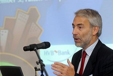 Lengyel Péter, a HVB ügyvezető igazgatója megnyitja a konferenciát