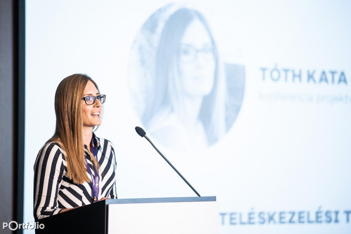 Tóth Kata, a konferencia projektvezetője szintént üdvözölte a résztvevőket. (Fotó: Stiller Ákos)