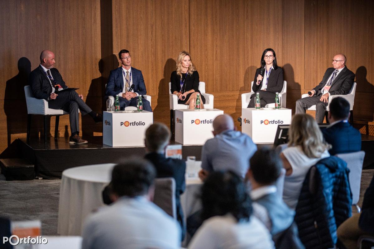 A követeléskezelés kihívásai és aktualitásai 2021-ben. A beszélgetés résztvevői: dr. Varga Dávid (igazgató, fedezetlen követeléskezelési igazgatóság, EOS cégcsoport), Bódizs Kornél (elnök, MAKISZ), dr. Hölczl Krisztina (restrukturálási és követeléskezelési igazgató, MKB Bank), dr. Orosz Zsuzsa (vezérigazgató-helyettes, MKK Zrt.), Petőh Gyula (főosztályvezető - lakossági hitelek kintlévőségkezelés főosztály, K&H Bank Zrt.). (Fotó: Stiller Ákos)