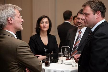 Állófogadás a budapesti díjátadó után: egymásra találhattak az alapítók és a díjazottak (Scheibelhoffer Miklós, KPMG, Guller Zoltán, Commitment Kft.)